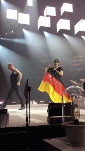 Metallica-Tribute-Band-MYTALLICA-Deutschland-Lanxess-Arena-Lars-Flag-2