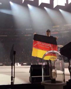 Metallica-Tribute-Band-MYTALLICA-Deutschland-Lanxess-Arena-Lars-Flag-3