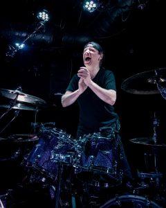 mytallica-bremen-meisenfrei-2019-stephan-zender-drums-lars-ulrich-pose