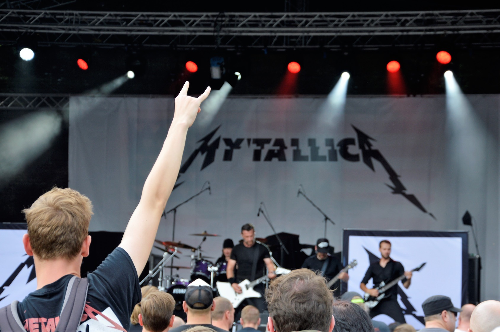 mytallica-dortmund-rock-n-tribute-festival-2017-stage-horns-hand